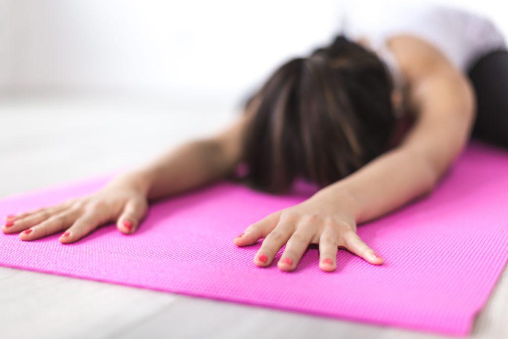 osoba rozciągająca się podczas treningu mobility
